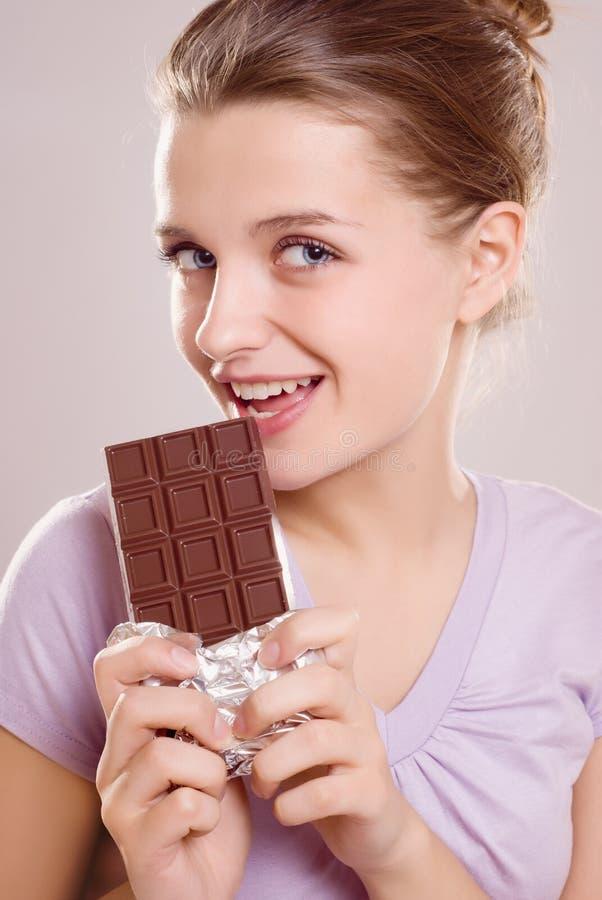 Menina com barra de chocolate foto de stock royalty free