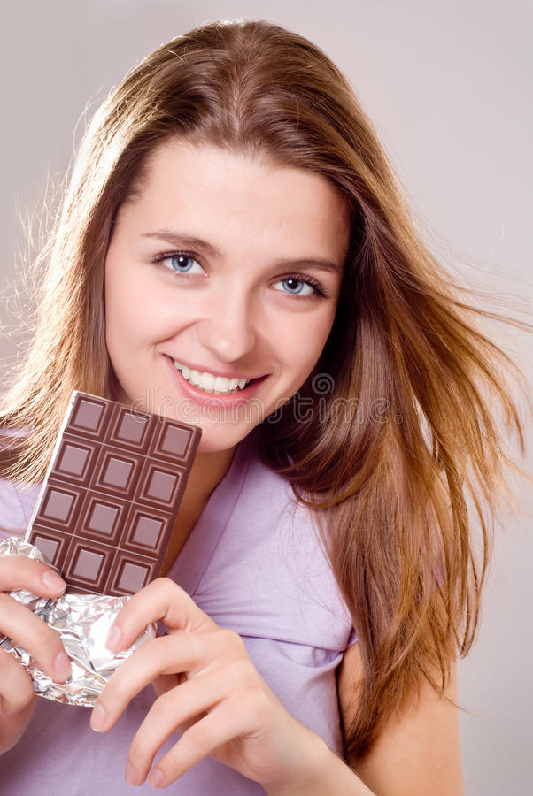 Menina com barra de chocolate imagem de stock