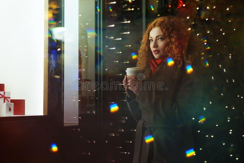 Menina com bebida de aquecimento Luzes festivas fotos de stock royalty free