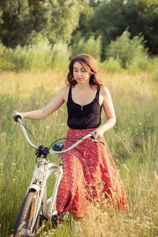 Menina com bicicleta imagem de stock royalty free