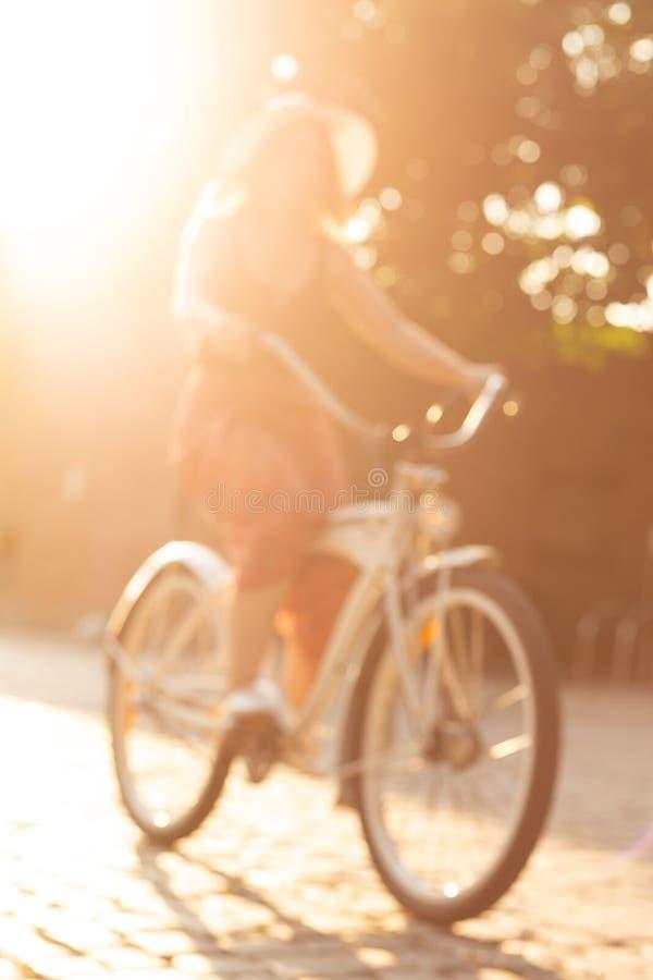 Menina com bicicleta fotografia de stock