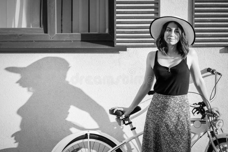 Menina com bicicleta fotografia de stock royalty free