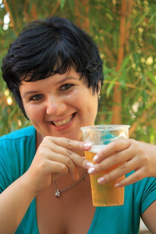 Menina com bier fotografia de stock royalty free