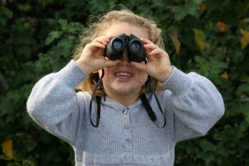 Menina com binóculos imagens de stock