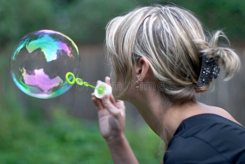 Menina com bolha de sabão fotos de stock royalty free
