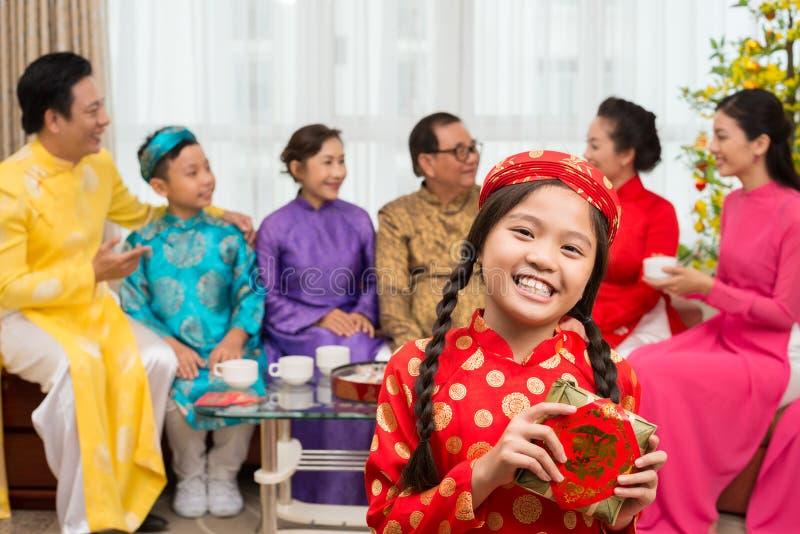 Menina com bolo tradicional imagem de stock royalty free