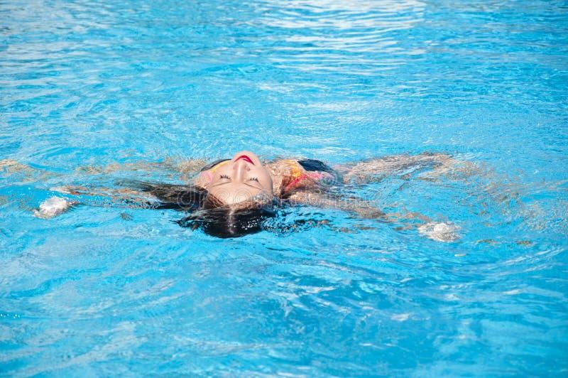 Menina com bordos vermelhos e cabelo molhado Miami Beach está ensolarado swag Férias e curso de verão a maldives Mulher na nat foto de stock royalty free
