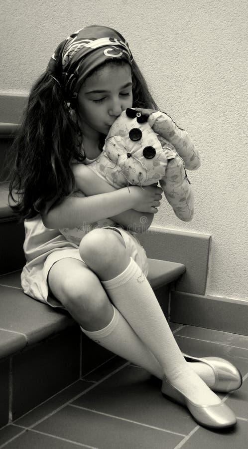 Menina com brinquedo enchido fotografia de stock