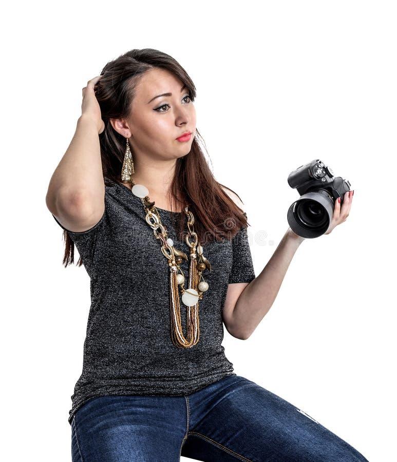 A menina com a câmera corrige o cabelo imagens de stock