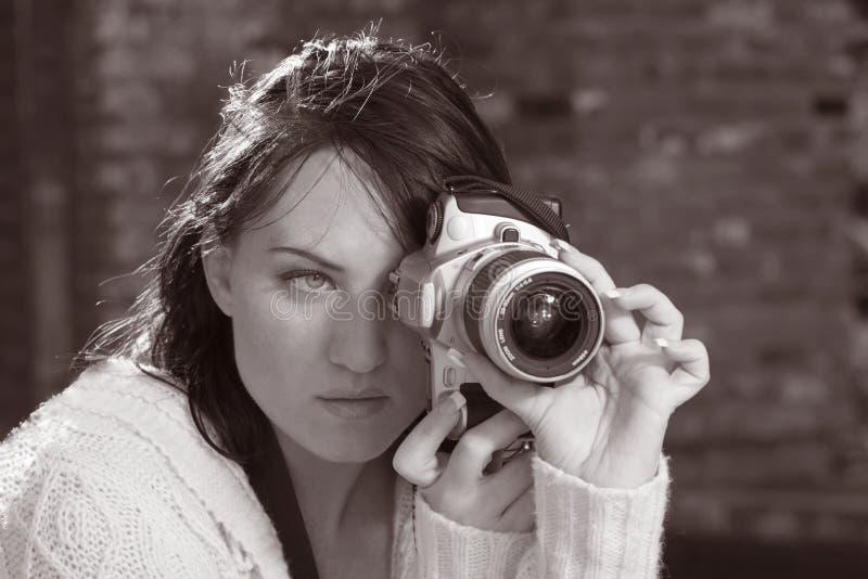 Menina com a câmera da foto de SLR fotos de stock
