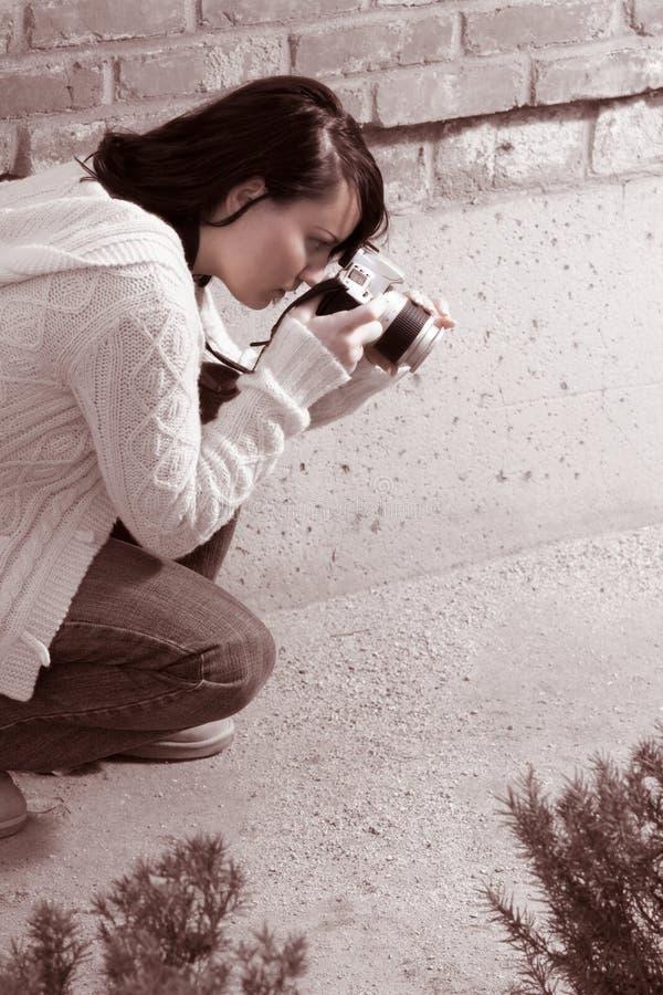 Menina com a câmera da foto de SLR foto de stock