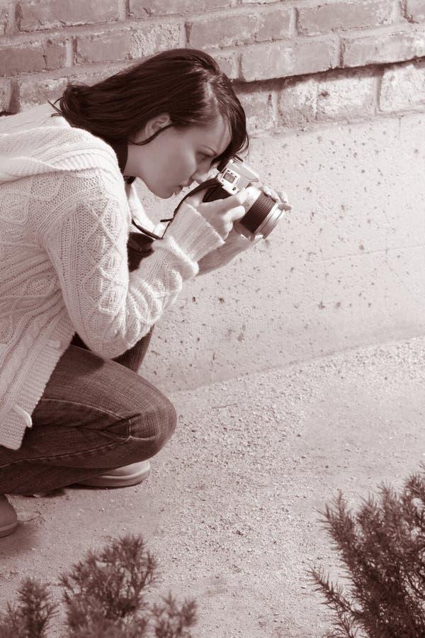 Menina com a câmera da foto de SLR imagens de stock