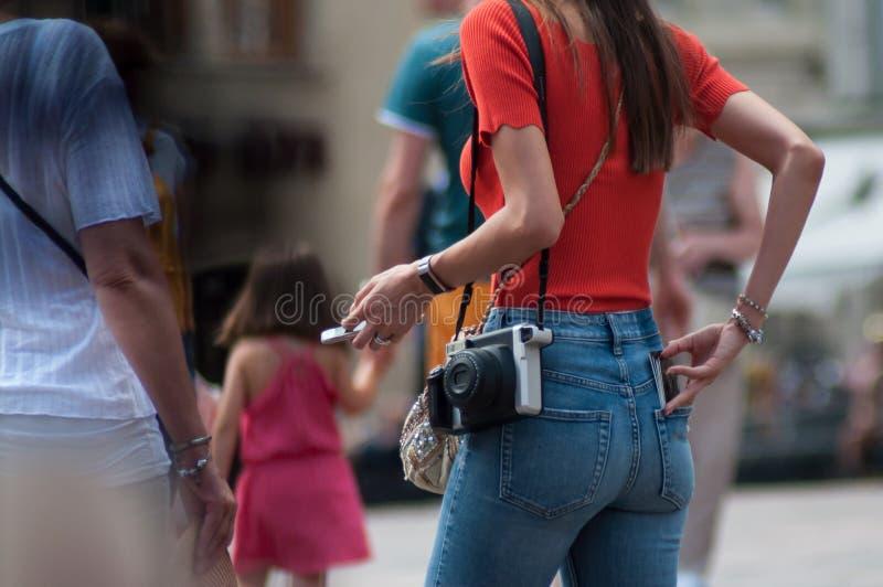 menina com a câmera do instantâneo na rua foto de stock