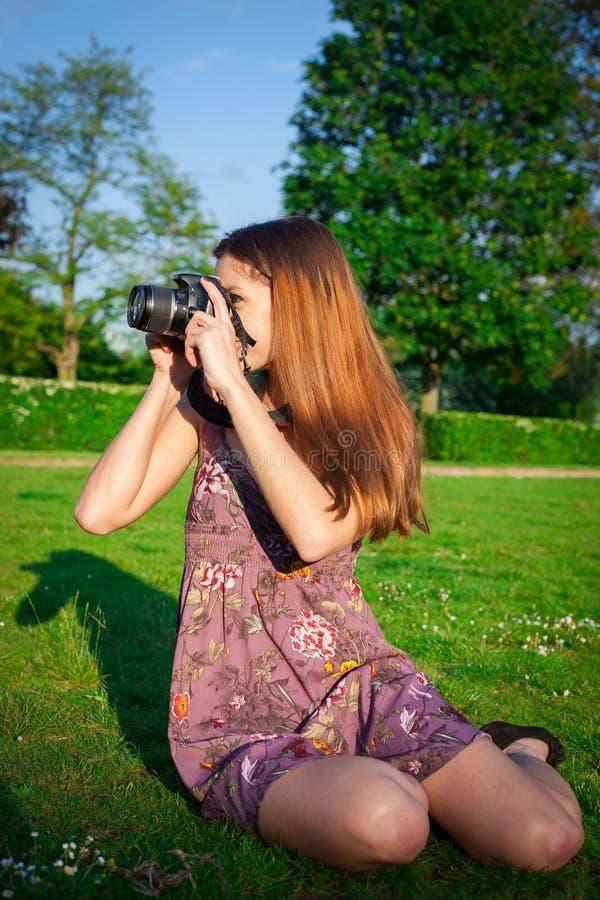 Menina com a câmera no parque fotografia de stock