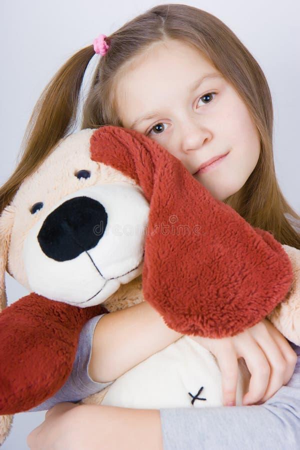 Menina com cão de brinquedo fotografia de stock royalty free