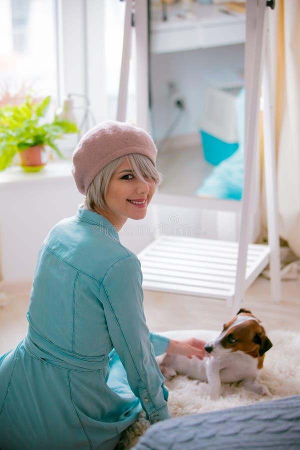 Menina com cão em casa fotografia de stock