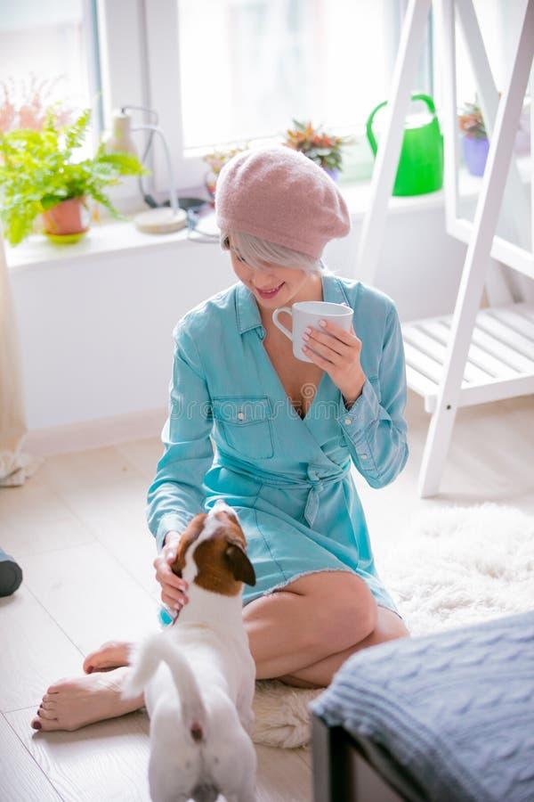 Menina com cão em casa fotos de stock