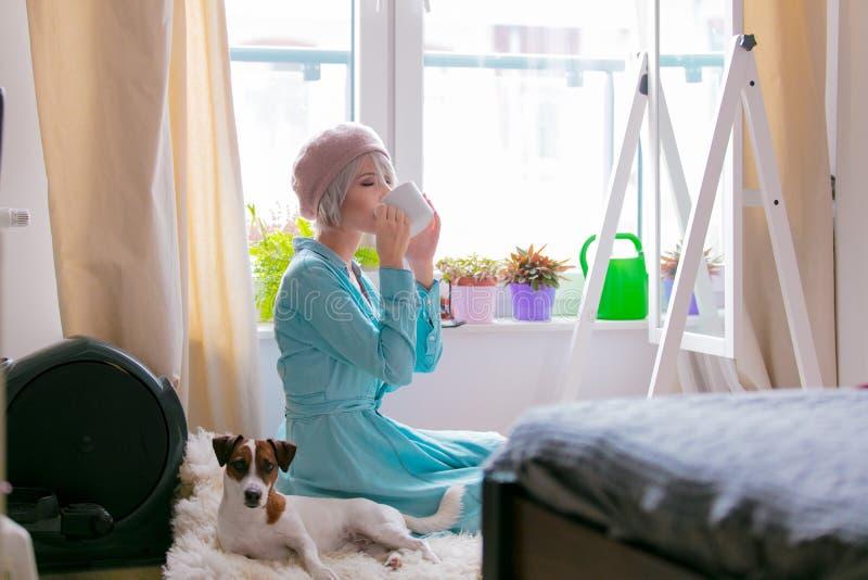Menina com cão em casa imagens de stock royalty free