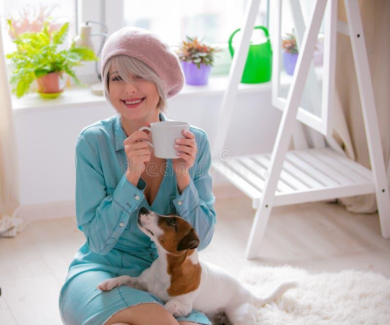 Menina com cão em casa imagens de stock