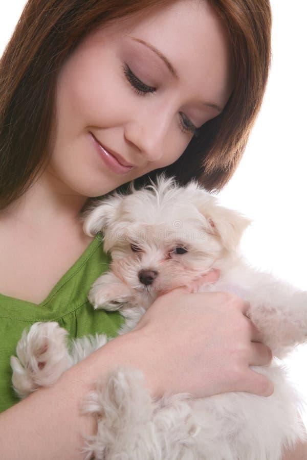 Menina com cão maltês foto de stock