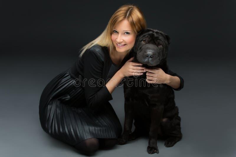 Menina com cão preto foto de stock royalty free