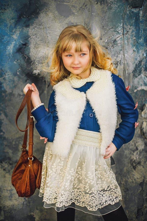 A menina com cabelo branco e um azul enfaixam poses fotografia de stock royalty free