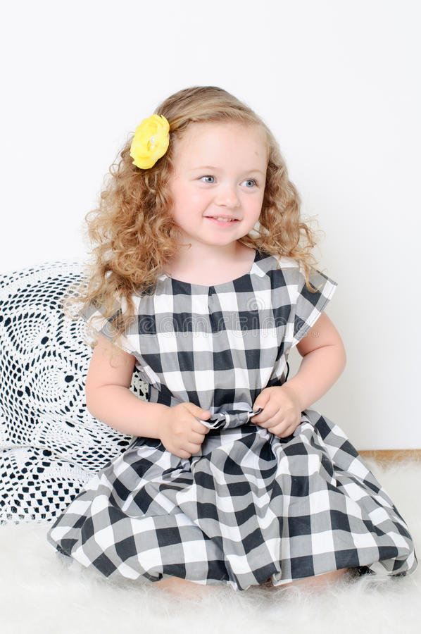 Menina com cabelo curly foto de stock royalty free