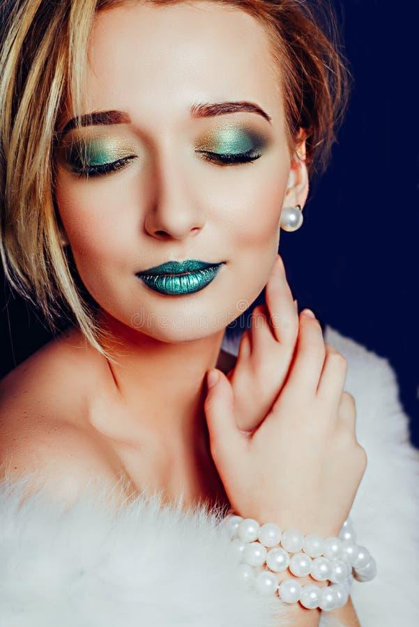 Menina com cabelo curto e composição verde Close-up imagens de stock