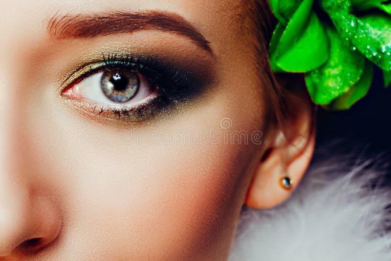 Menina com cabelo curto e composição verde Close-up foto de stock royalty free