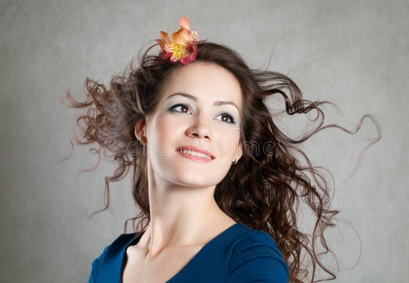 Menina com cabelo fly-away fotografia de stock