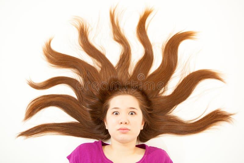 A menina com cabelo gosta de raios do sol fotos de stock royalty free