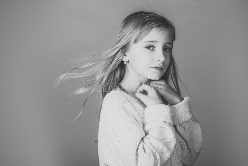 Menina com cabelo longo Menina à moda com cara bonita Beleza ou forma da criança com cosméticos e cabelo saudável imagem de stock