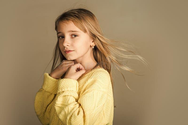 Menina com cabelo longo Menina à moda com cara bonita Beleza ou forma da criança com cosméticos e cabelo saudável fotografia de stock royalty free