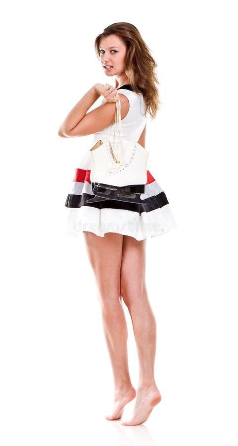 Menina com cabelo longo com os patins imagem de stock