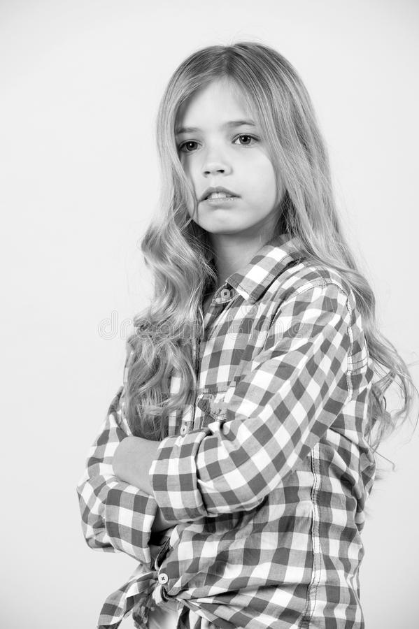 Menina com cabelo longo louro na pose azul da camisa de manta imagem de stock royalty free