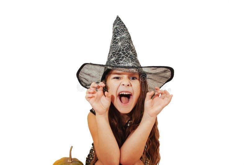 Menina com cabelo longo no equipamento da bruxa em Dia das Bruxas com abóboras, emocionalmente expressões da indicação foto de stock