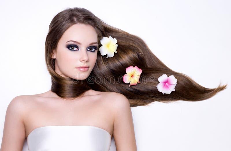 Menina com cabelo reto longo bonito do lustro foto de stock