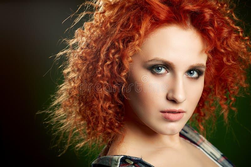 Menina com cabelo vermelho ondulado longo e brilhante imagem de stock royalty free