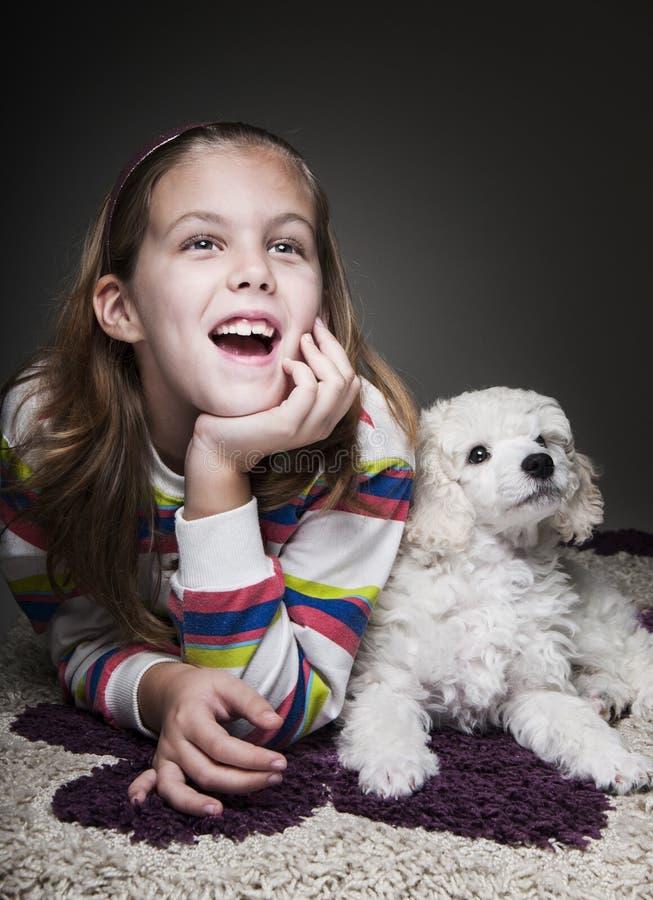 Menina com cachorrinho foto de stock