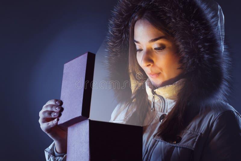 Menina com a caixa de presente vermelha fotos de stock royalty free