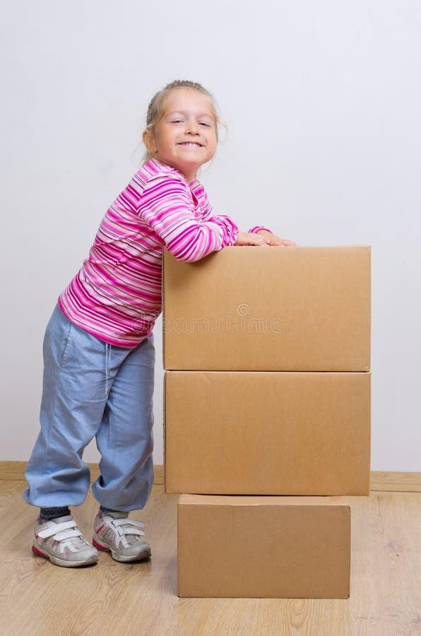 Menina com caixas de cartão fotos de stock