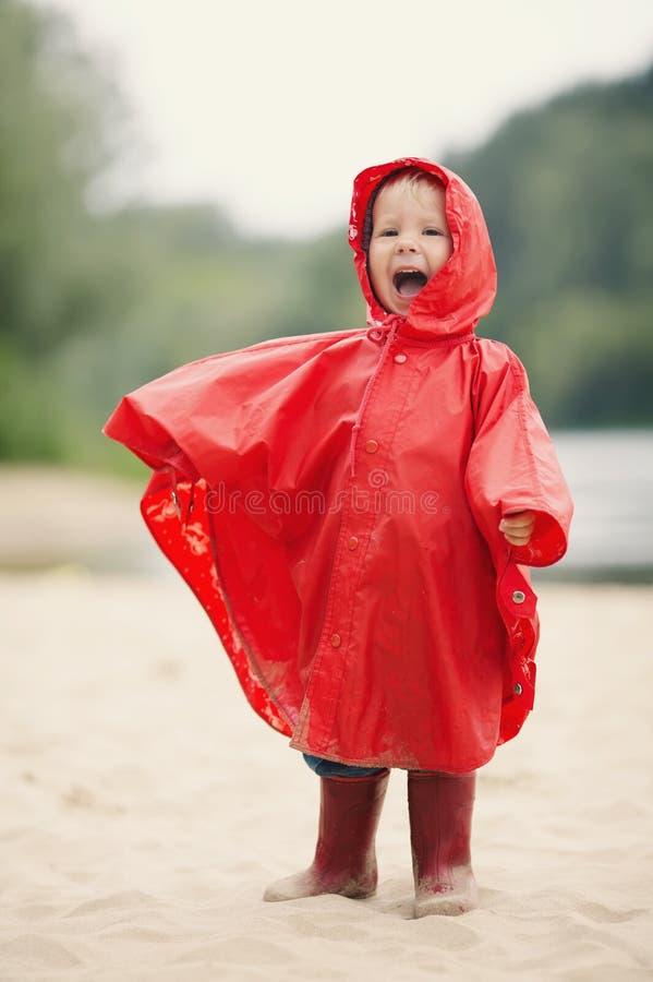 Menina com capa de chuva fotografia de stock