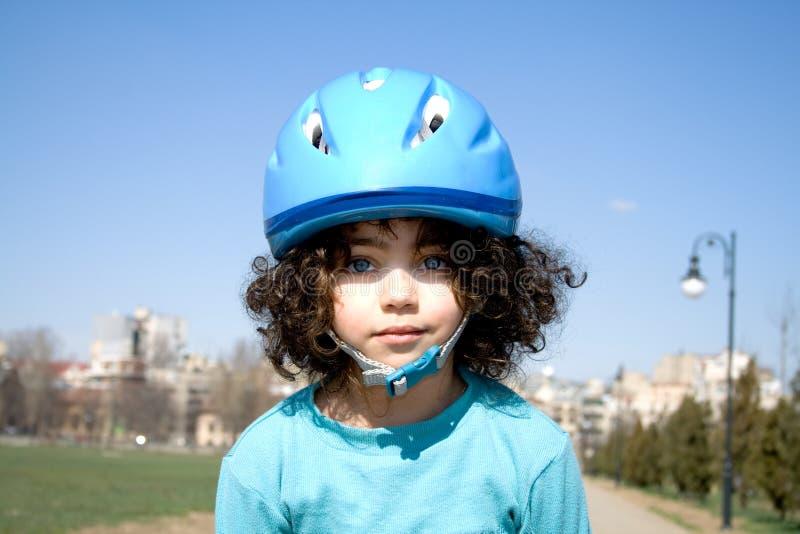 Menina com capacete azul foto de stock royalty free