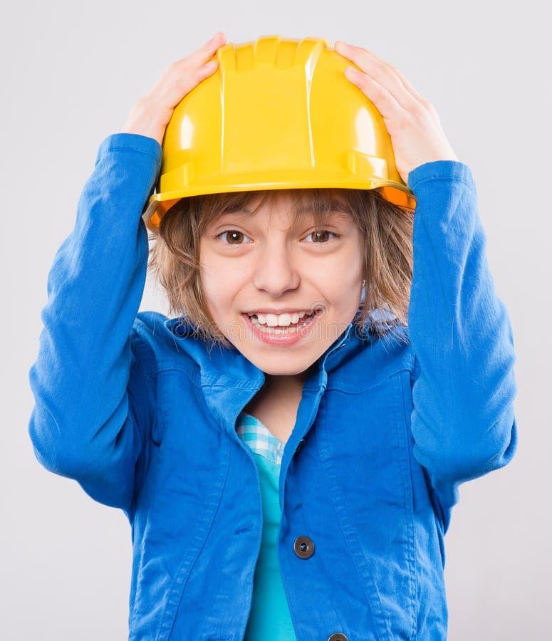 Menina com capacete de seguran?a amarelo imagem de stock royalty free