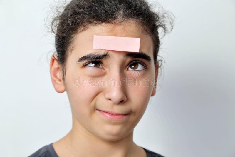 Menina com cargos do memorando em sua testa fotografia de stock