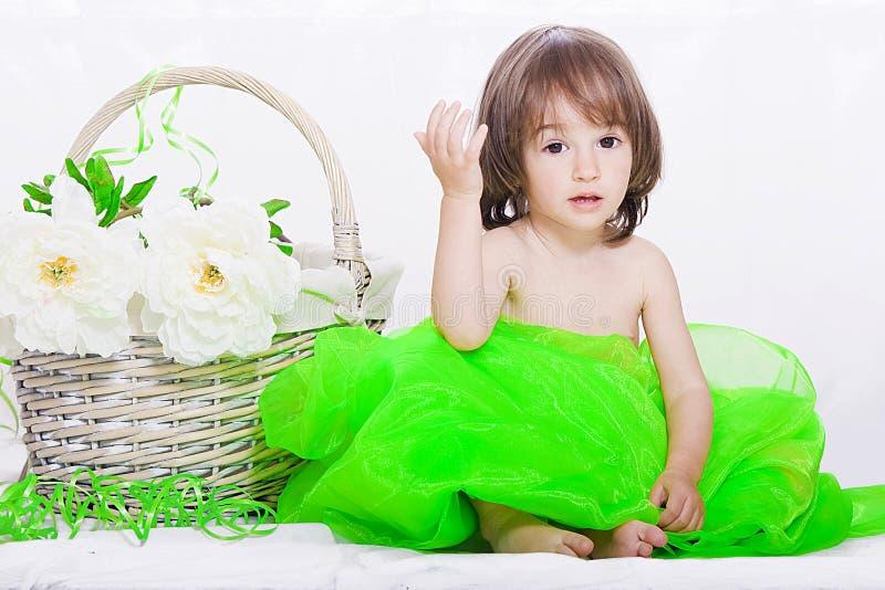 Menina com cesta imagem de stock royalty free