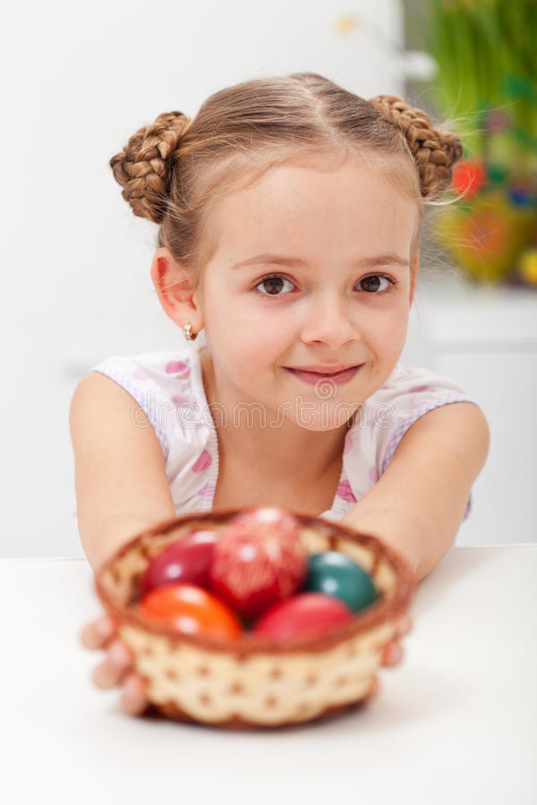Menina com a cesta completa dos ovos da páscoa fotos de stock royalty free