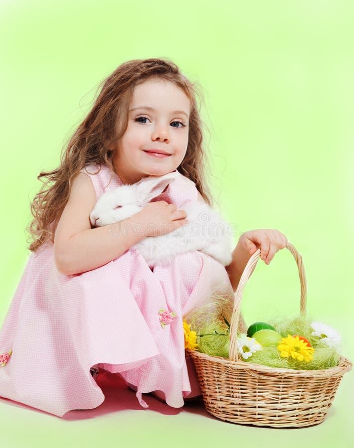 Menina com cesta e coelho de Easter fotos de stock