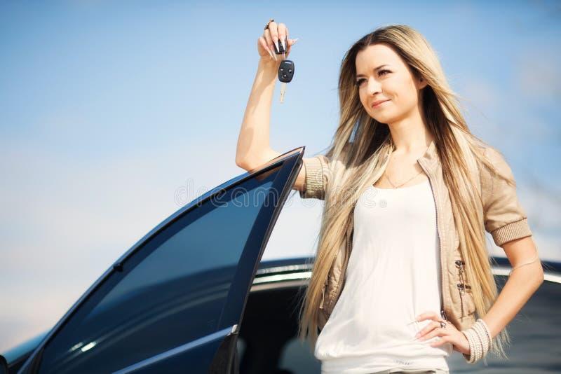 Menina com chave do carro fotos de stock royalty free