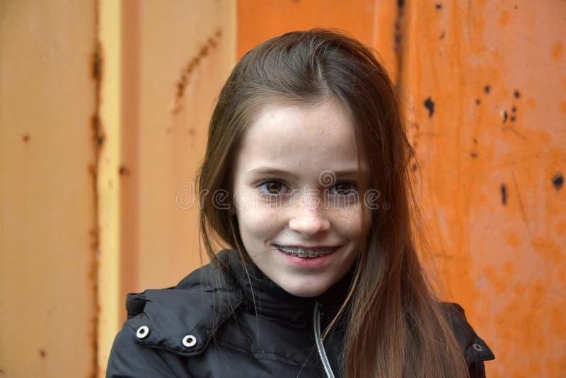 Menina com cintas dentais foto de stock